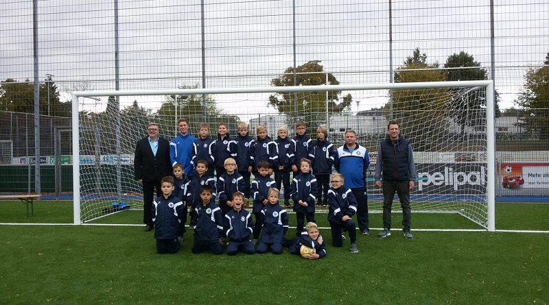 Sponsoren machen es möglich: F-Junioren von Fortuna mit neuen Trainingsanzügen